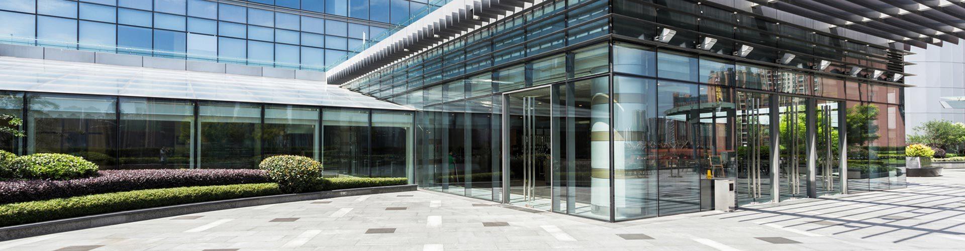 Saubere Fenster an einem Bürogebäude