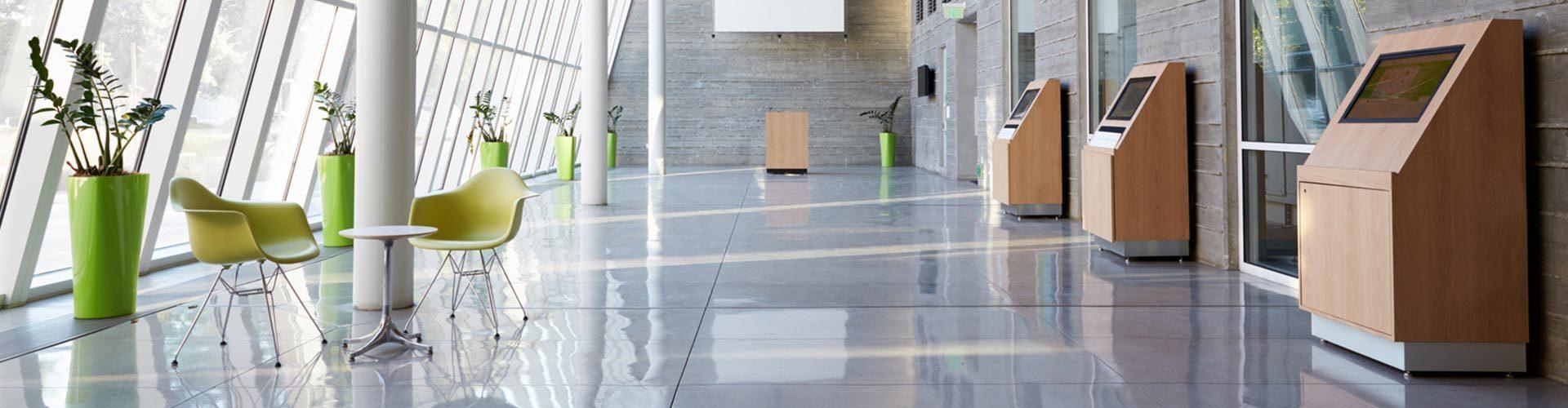 Sauberer Gang in einem Bürogebäude